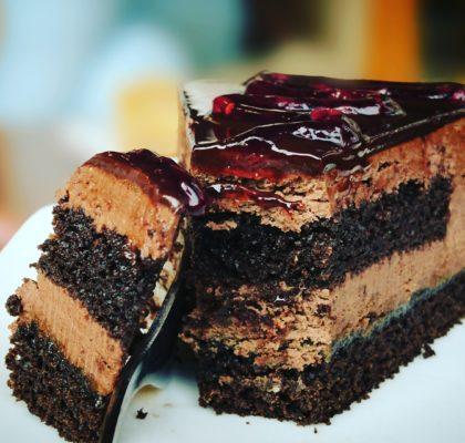 Pyszne ciasto z kremem czekoladowym