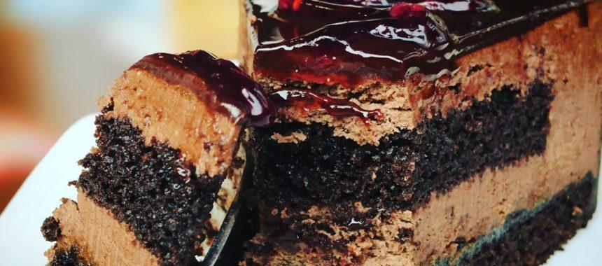 Jak zrobić puszysty biszkopt czekoladowy ze śliwkami?