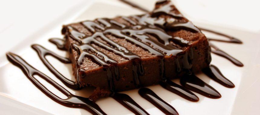 Polewa na ciasto z gorzkiej czekolady – jak zrobić?