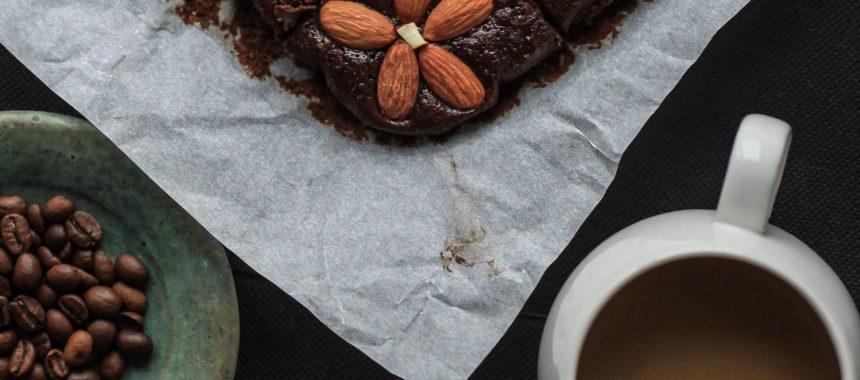 Przepis na pyszne ciasto czekoladowe z płatkami migdałów