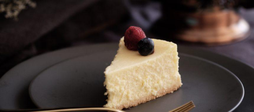 Poznaj przepis na sernik z białą czekoladą i mascarpone