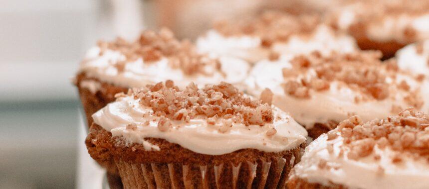 Muffiny z nadzieniem z białej czekolady i orzechami w środku
