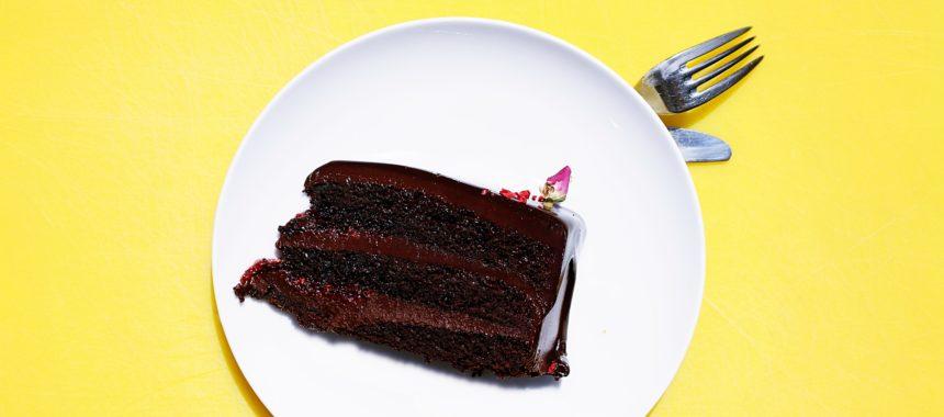 Jak zrobić ciasto czekoladowe bez pieczenia? Szybkie przepisy