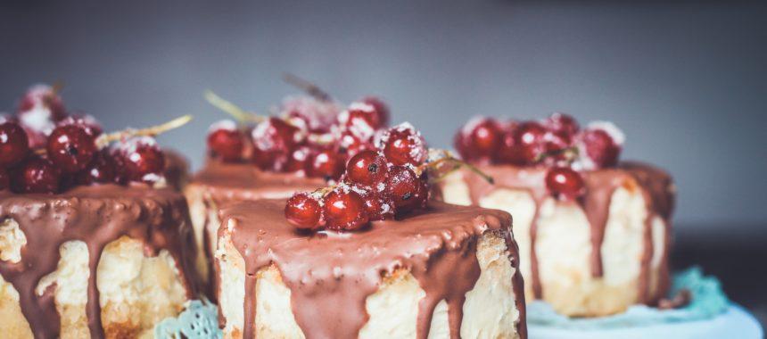 Jak zrobić twardą i błyszczącą polewę czekoladową do tortu?