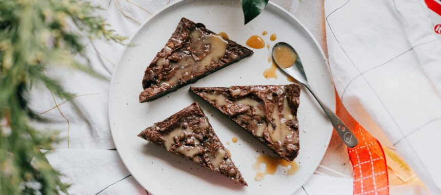 Karmelowe ciasto czekoladowe z dodatkiem bakalii